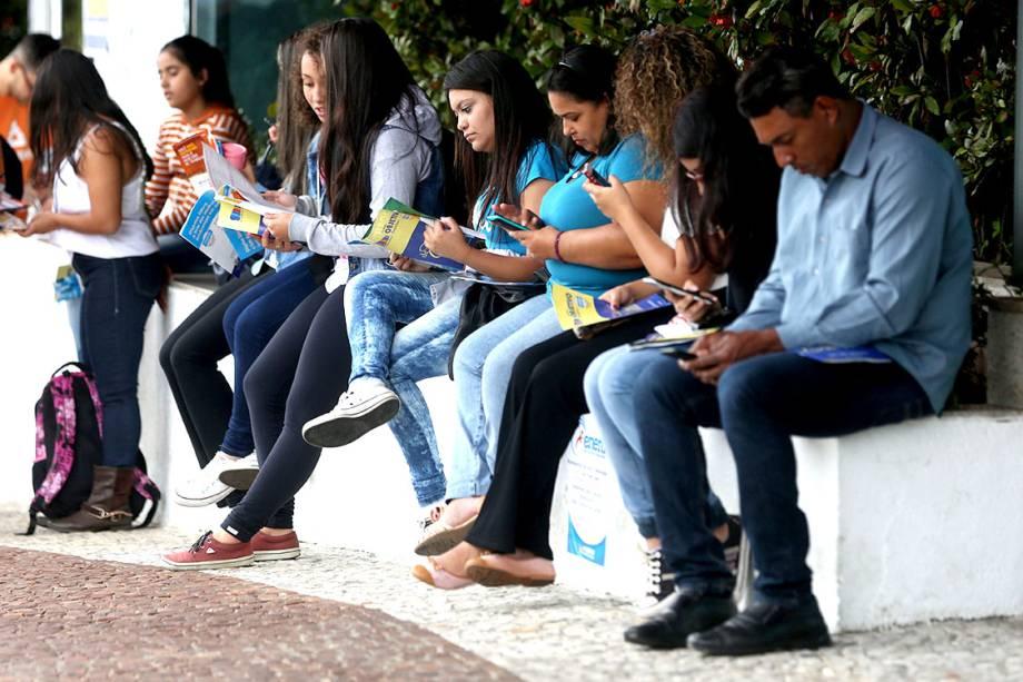Estudantes aproveitam minutos antes do início da prova do ENEM para estudar, em frente aos portões da UNIP Vergueiro, em São Paulo