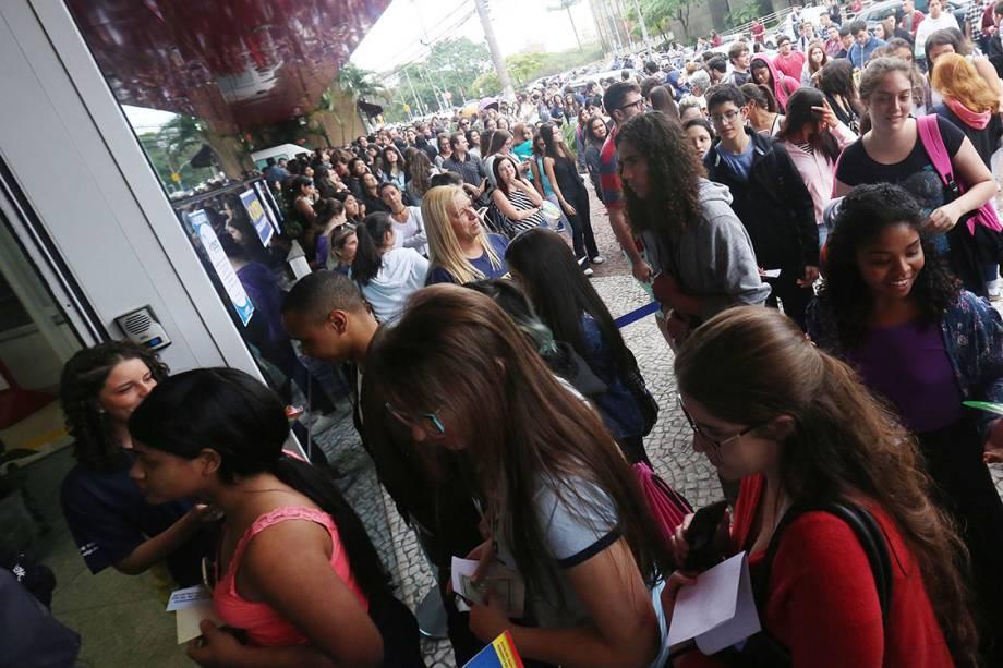Portões se abrem e estudantes se encaminham para fazer a prova do ENEM deste ano, no campus da UNIP da Avenida Vergueiro, em São Paulo