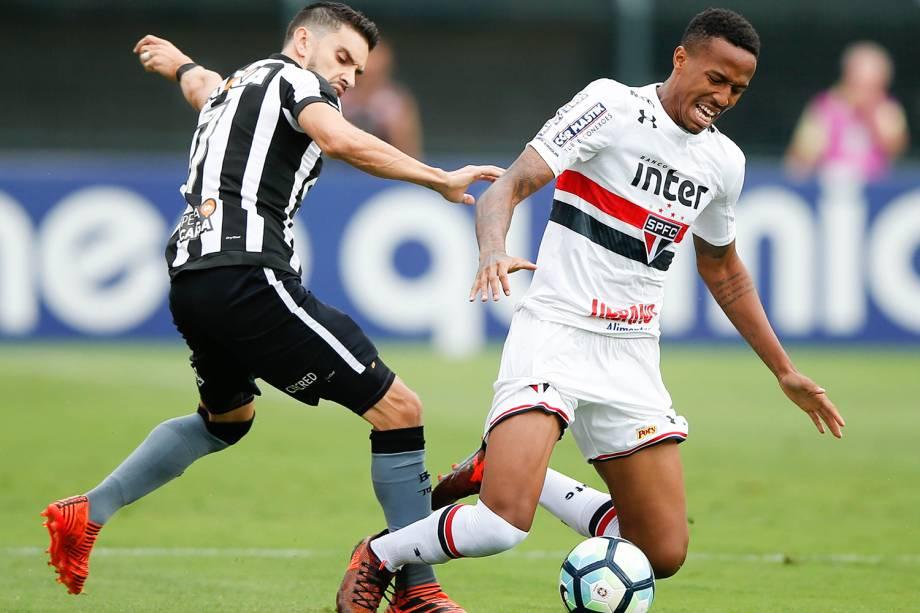 Rodrigo Pimpão (esq), e Militão (dir), durante partida entre Botafogo e São Paulo, válida pela 36ª rodada do Campeonato Brasileiro, realizada no Estádio do Pacaembu - 19/11/2017