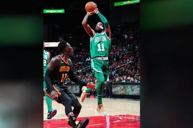 O jogador do Boston Celtics, Kyrie Irving, durante partida contra o Atlanta Hawks - 18/11/2017