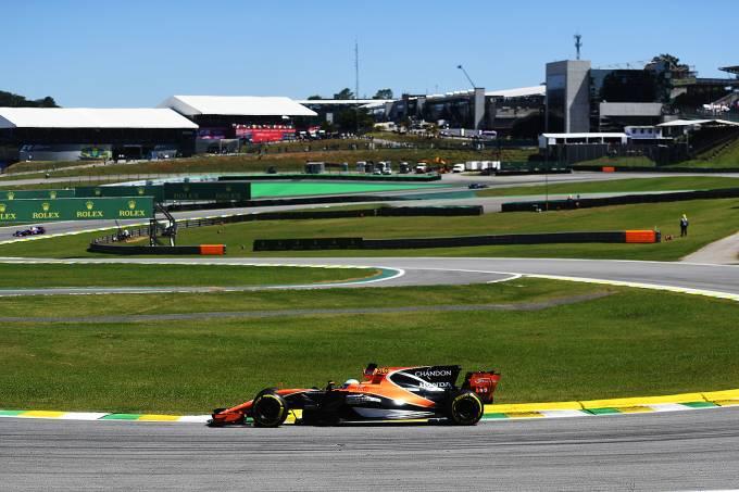 O piloto espanhol Fernando Alonso, da McLaren, durante o Grande Prêmio do Brasil em Interlagos – 12/11/2017