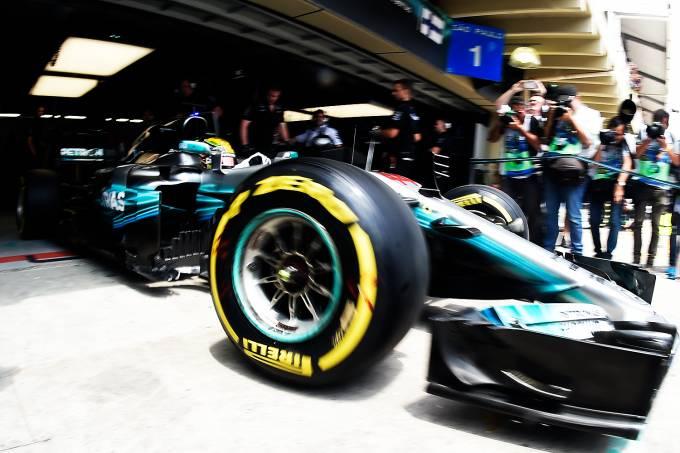 O piloto Lewis Hamilton, da Mercedes, durante primeiro dia de treino livre para o Grande Prêmio do Brasil em Interlagos – 10/11/2017