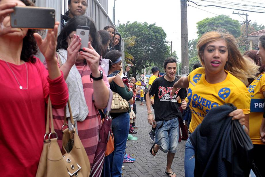 Últimos estudantes chegam correndo para prova do ENEM minutos antes dos portões se fecharem no campus da Uninove Barra Funda, em São Paulpo