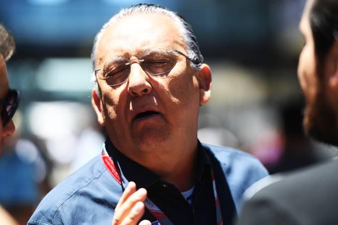 O narrador Galvão Bueno caminha pelos boxes boxes antes da largada do GP do Brasil, no Autódromo de Interlagos
