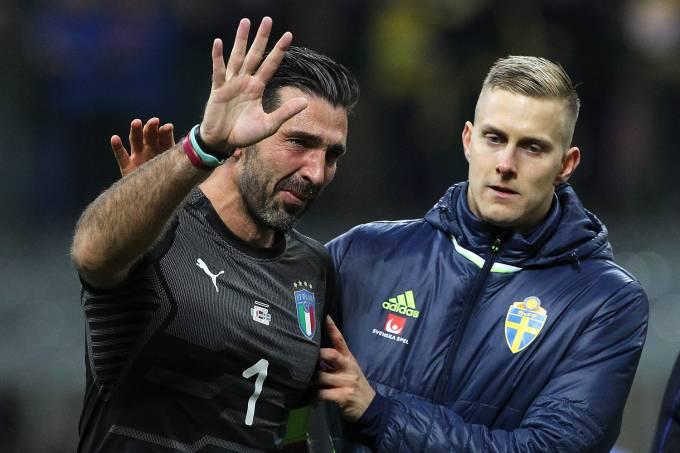 O goleiro Gianluigi Buffon lamenta eliminação da Itália da Copa da Rússia, após empate com a Suécia, em Milão