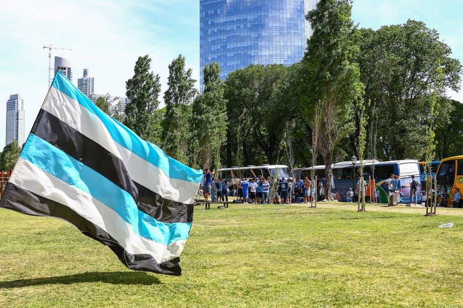 Torcedores do Grêmio caminham até o estádio La Fortaleza, antes da partida contra o Lanús, na Argentina