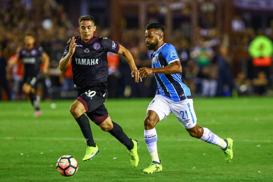 Fernandinho durante lance que resultou no primeiro gol do Grêmio contra o Lanús