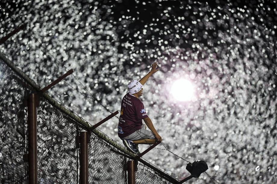 Argentina's Lanus supporters cheer for their team during the Copa Libertadores 2017 final football match against Brazil's Gremio at Lanus stadium in Lanus, Buenos Aires, on November 29, 2017. / AFP PHOTO / EITAN ABRAMOVICH