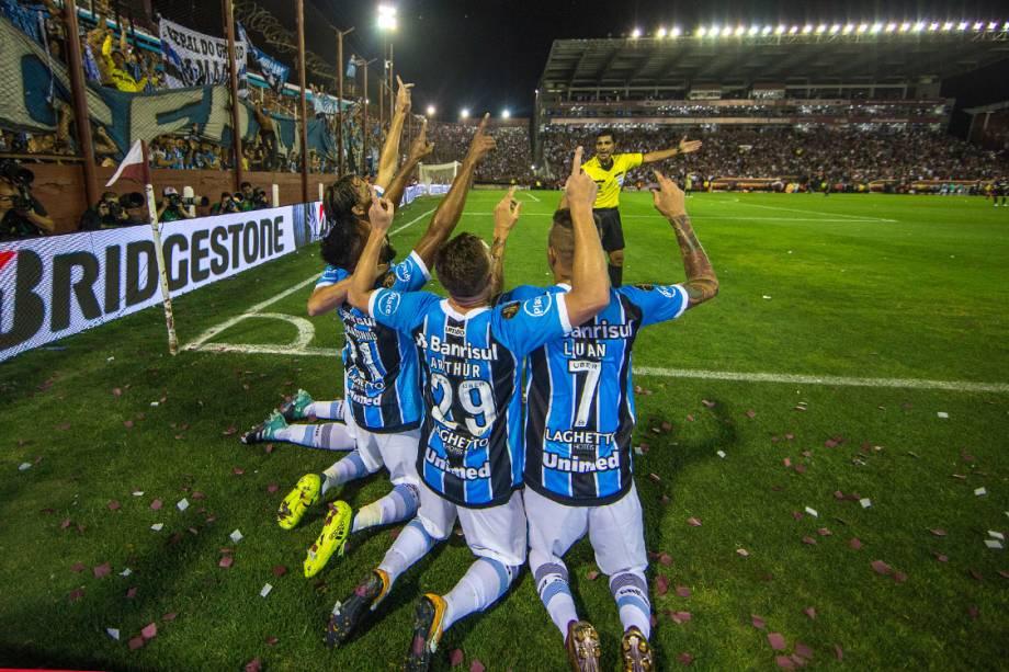 Jogadores do Grêmio comemoram gol contra o Lanús, pela Libertadores, na Argentina