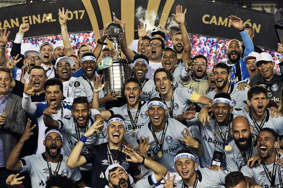 Jogadores do Grêmio comemoram o título da Libertadores após vencerem o Lanús, na Argentina