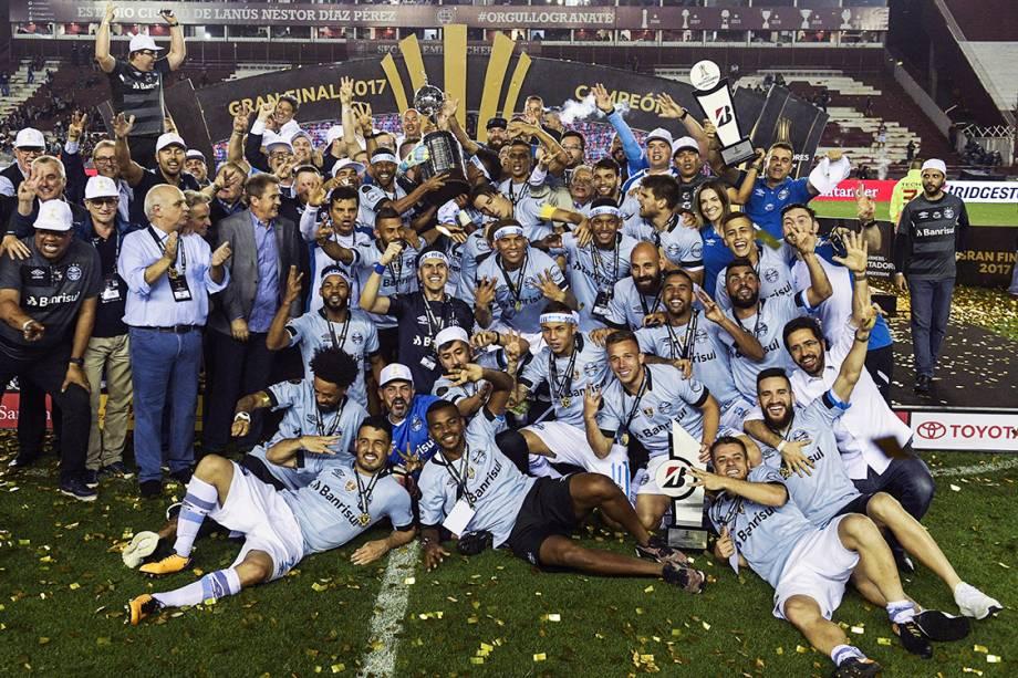 Jogadores do Grêmio levantam a taça da Libertadores após vencerem o Lanús, na Argentina