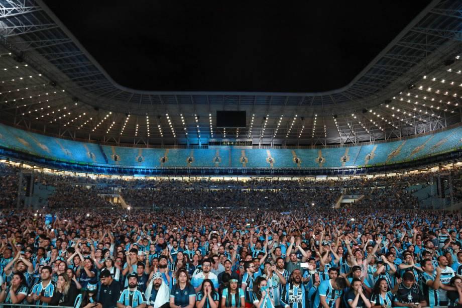 Torcedores do tricolor lotam Arena Grêmio para assistirem à final da Libertadores contra o Lanús, em Porto Alegre