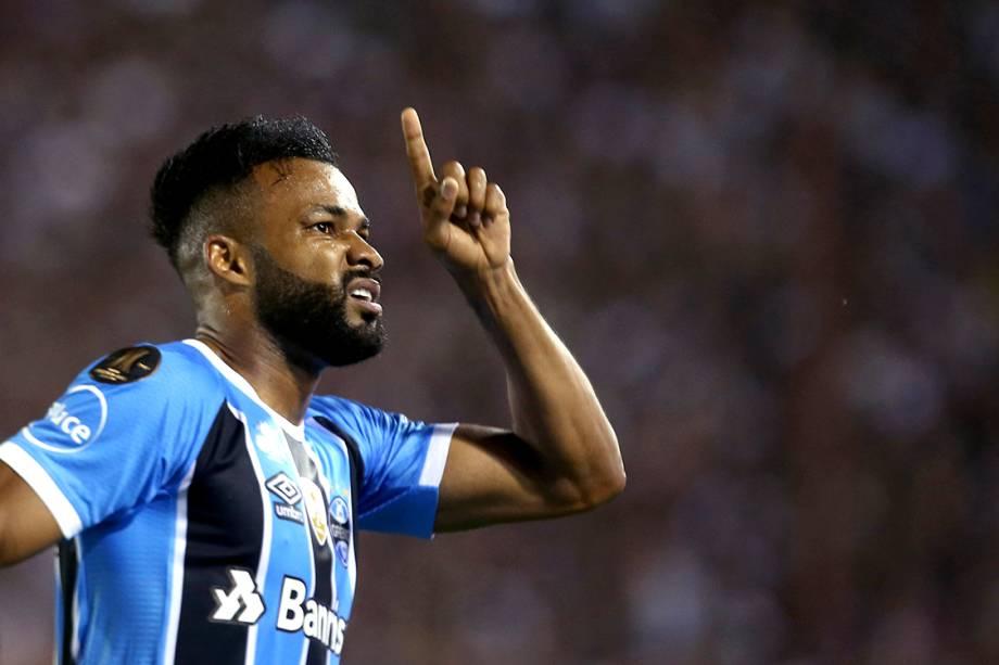Fernandinho comemora após marcar o primeiro gol do Grêmio contra o Lanús