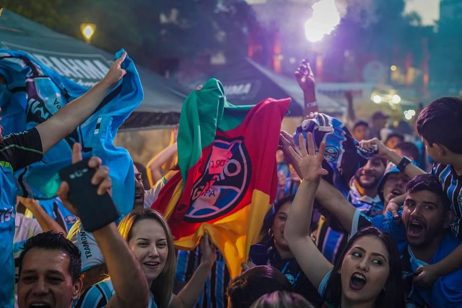 Torcedores do grêmio assistem a partida entre Lánus e Grêmio, válida pela final da Copa Libertadores da América 2017, em um bar em Porto Alegre - 29/11/2017