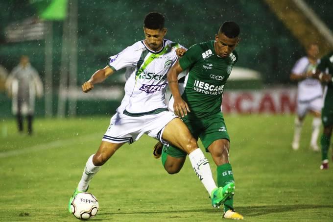 Disputa de bola na partida entre Guarani e Luverdense, pelo Campeonato Brasileiro da serie B, em Campinas