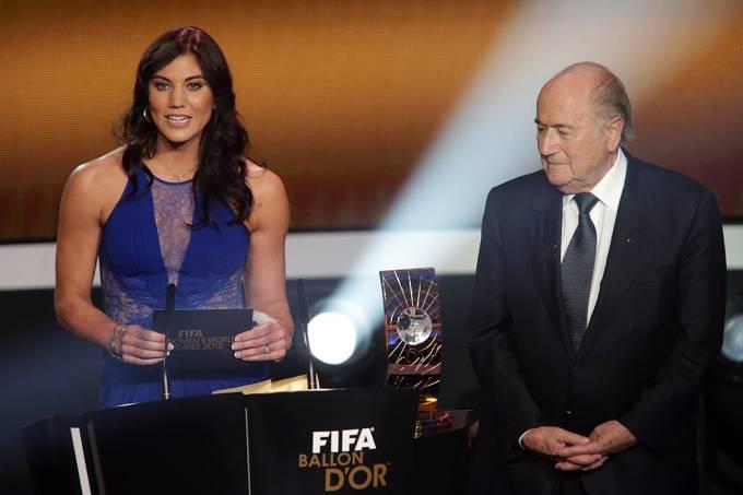 Hope Solo e o então presidente da FIFA, Joseph Blatter, durante a Bola de Ouro de 2013
