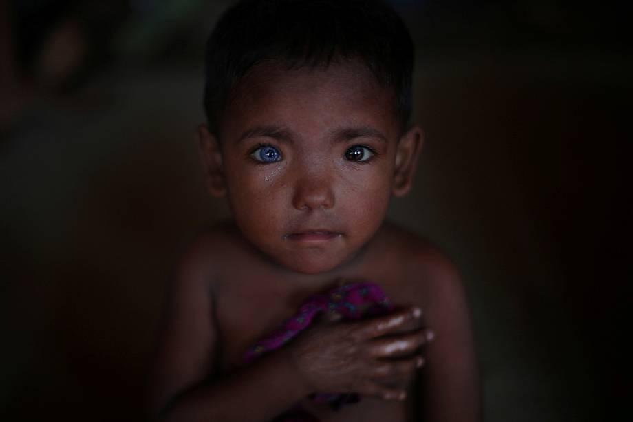 Hosne Ara, um rohingya de 4 anos, refugiado a 2 meses é fotografado no centro para crianças no campo de refugiados de Kutupalong, perto de Cox's Bazar, no Bangladesh - 06/11/2017