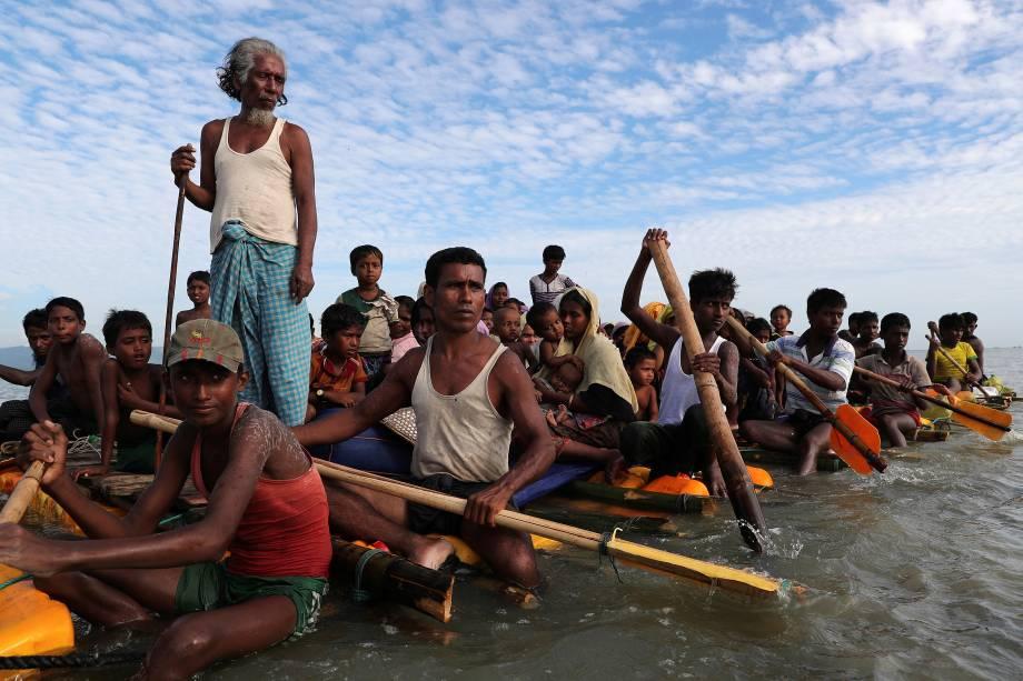 Refugiados rohingya atravessam em uma jangada improvisada pelo Rio Naf para chegar a Bangladesh, onde se abrigarão no acampamento para refugiados de Cox's Bazar - 13/11/2017