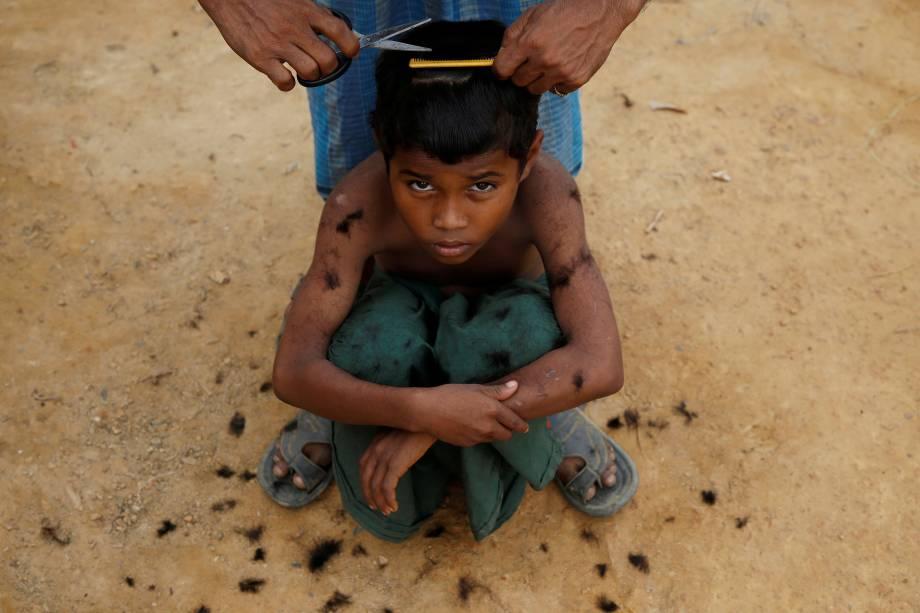 Um garoto refugiado rohingya corta os cabelos de maneira improvisada no acampamento de Cox's Bazar, no Bangladesh - 15/11/2017