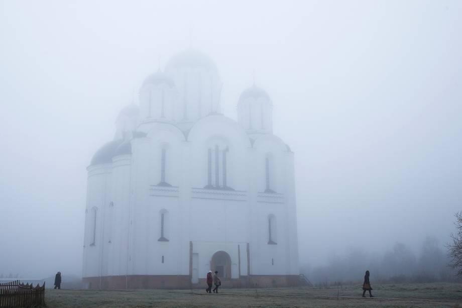 Pessoas passam por uma igreja ortodoxa depois de um evento marcando o primeiro dia do Nativity Fast, período religioso dos ortodoxos que antecede o Natal, em Minsk, na Bielorrússia - 28/11/2017