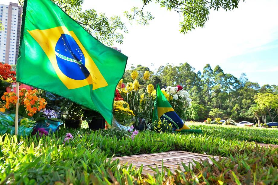 Flores e bandeiras são colocadas próximas ao túmulo do piloto brasileiro de Fórmula 1, Ayrton Senna, no Cemitério do Morumbi, em São Paulo (SP), no dia de Finados - 02/11/2017