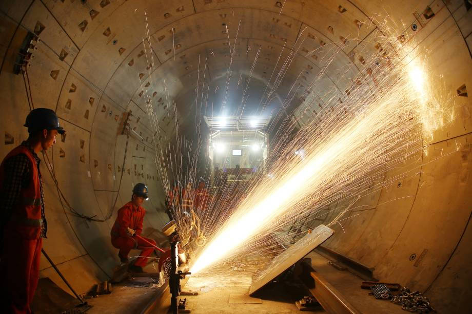 Trabalhadores cortaram trilhos no canteiro de obras da linha 1 do metrô, em Changzhou, província de Jiangsu, na China - 17/11/2017