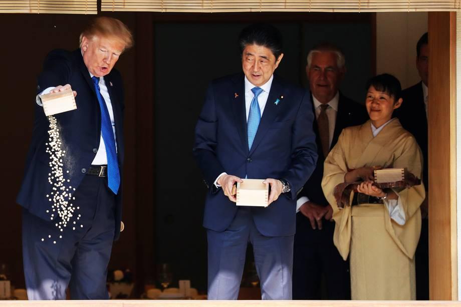 O presidente dos Estados Unidos, Donald Trump, alimenta carpas ao lado do primeiro-ministro japonês, Shinzo Abe, no Palácio Akasaka, em Tóquio - 06/11/2017