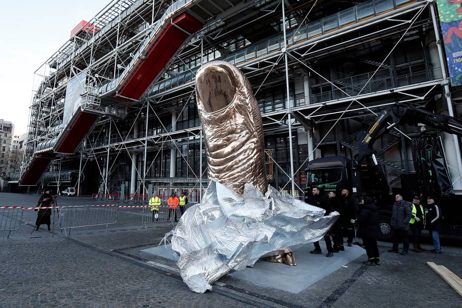 A escultura de um polegar gigante feita pelo artista francês Cesar Baldaccini (1921-1998), é instalada fora do museu de arte moderno Center Pompidou, também conhecido como Beaubourg, à frente da exposição dedicada ao artista, em Paris, na França - 28/11/2017