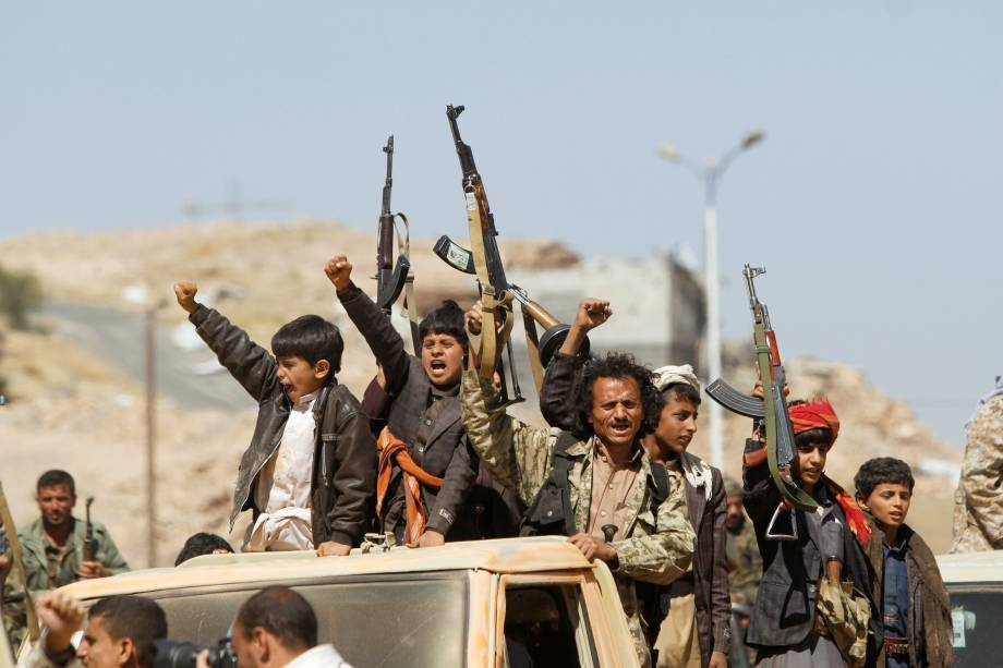 Combatentes Houthi seguem um carro antes de entrar na linha de frente para lutar contra as forças governamentais, em Sanaa, no Iêmen - 16/11/2017