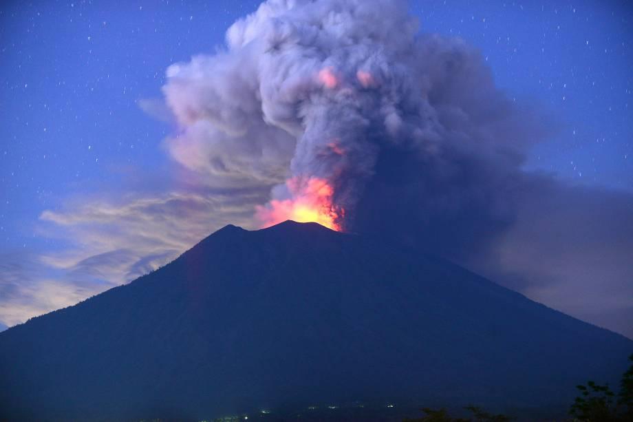 O vulcão Monte Agung é visto em erupção nesta madrugada, no subdistrito de Kubu, Regência de Karangasem, na ilha turística de Bali - 28/11/2017