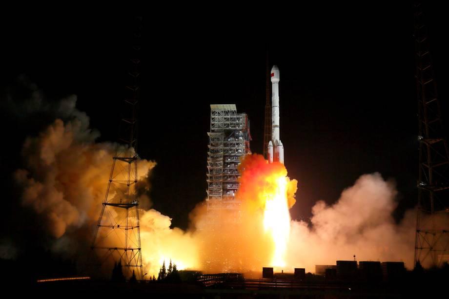 Dois satélites tipo BeiDou-3, são lançados de um mesmo foguete da plataforma de lançamento da Xichang Satellite, na província de Sichuan, China - 05/11/2017