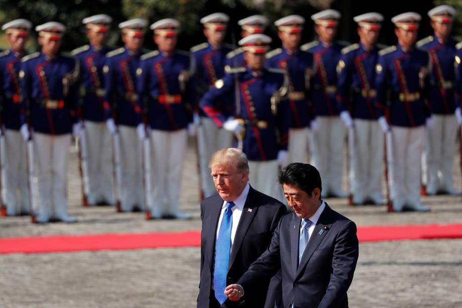 O presidente dos EUA, Donald Trump, é recebido pelo primeiro-ministro japonês, Shinzo Abe, no palácio de Akasaka, em Tóquio, no Japão - 06/11/2017
