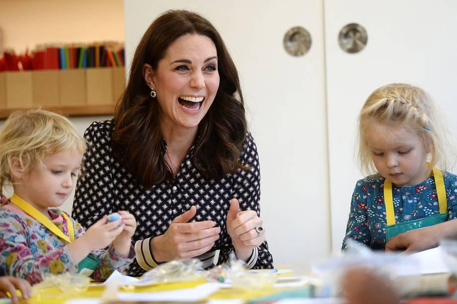Kate Middleton, a duquesa de Cambridge, brinca com crianças durante visita ao museu Foundling, em Londres   - 28/11/2017