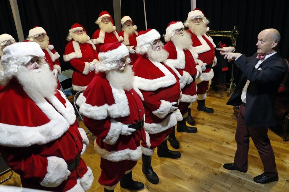 O instrutor James Lovell comanda uma sessão de treinamento para papais noéis no Ministério da Fun Santa School, em Londres, no Reino Unido - 17/11/2017