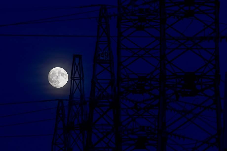 Fotógrafo captura lua cheia sobre estação elétrica em Pristina, no Kosovo - 03/11/2017