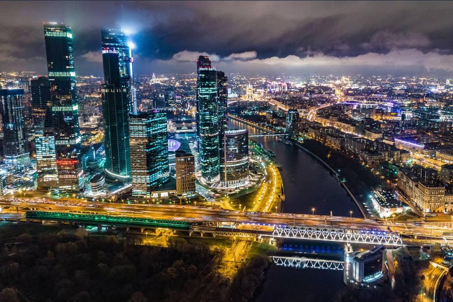 Vista aérea do distrito comercial da cidade de Moscou, cortado pelo Rio Moskva, durante a noite do dia 5/11 na Rússia