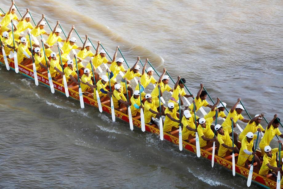 Competidores remam barco durante festival que ocorre anualmente no rio Tonle Sap, no Camboja - 02/11/2017