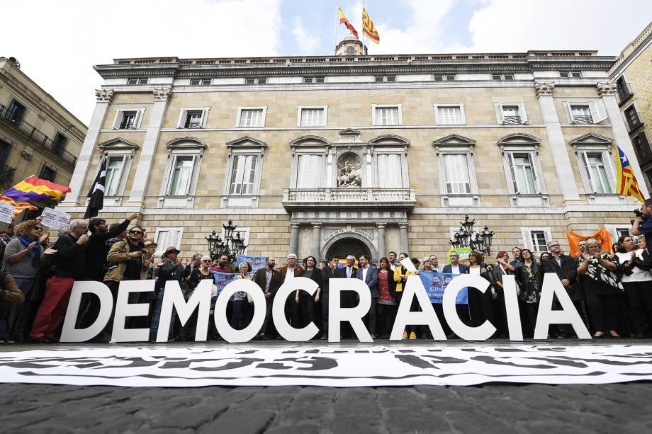 O presidente da Assembleia Nacional da Catalunha (ANC), Agusti Alcoberro, o prefeito de Barcelona, Ada Colau, o conselheiro de cidade de Barcelona, Gerardo Pisarello e o líder do partido da Catalunha 'Si', Alfred Bosch, protestam em frente ao Palácio da Generalitat, em Barcelona, após os membros do movimento separatista serem chamados para prestarem depoimento - 02/11/2017