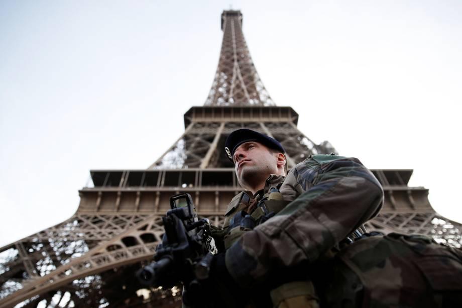 Soldado francês realiza patrulha próximo à Torre Eiffel, em Paris. O estado de emergência no país, implantado após os atentados de 2015, foi encerrado - 01/11/2017