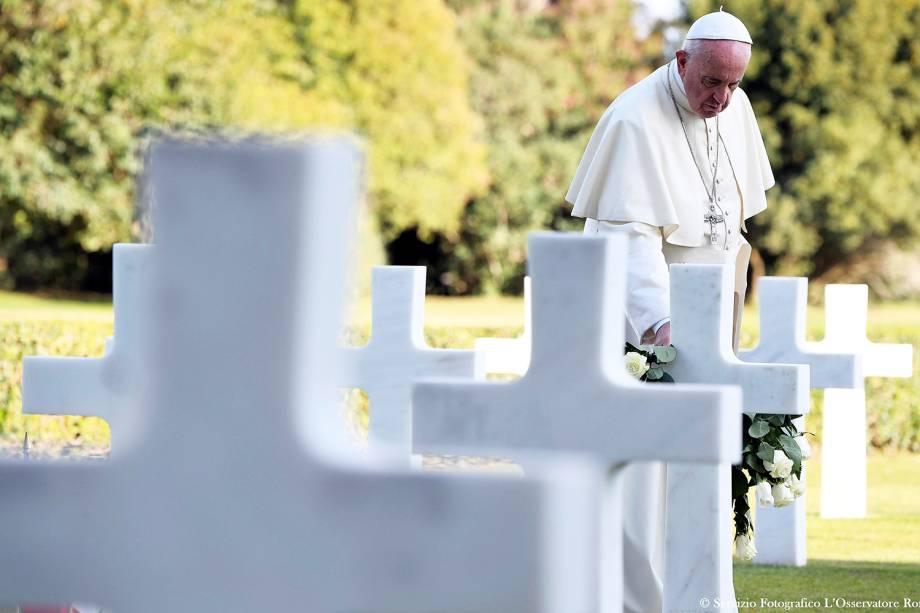 Papa Francisco deixa rosa branca em sepultura antes de missa no cemitério da Segunda Guerra Mundial, em Nettuno, na Itália, durante o dia de Finados - 02/11/2017