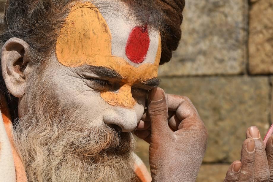 Um devoto hindu Sadhu pinta seu rosto com uma pasta colorida no templo Pashupatinath, em Katmandu, no Nepal. Dezenas de sadhus vivem ao redor do templo dedicando sua vida ao Senhor Shiva, o deus Hindu da destruição - 28/11/2017
