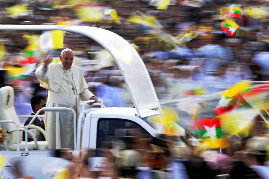 Papa Francisco saúda os fiéis na chegada para uma missa no Kyite Ka San Football Stadium em Yangon, Mianmar - 29/11/2017