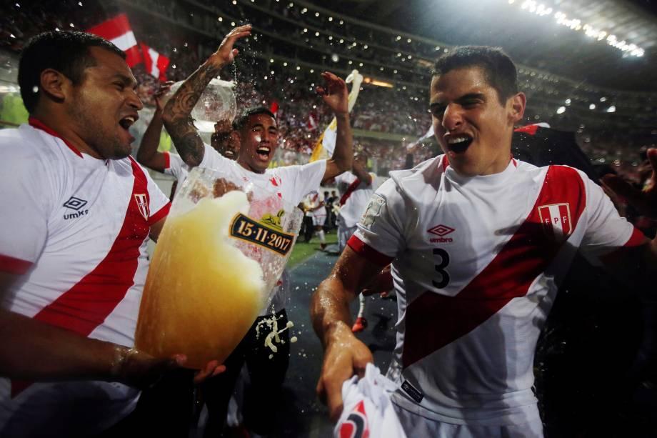 Jogadores do Peru comemoram a vitória sobre a Nova Zelândia durante partida de repescagem para a Copa do Mundo 2018, no estádio Nacional, em Lima, capital peruana - 15/11/2017