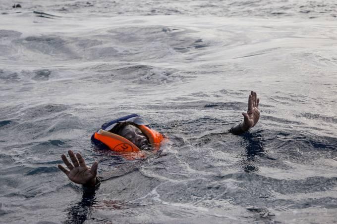 Imigrante resgatado no Mediterrâneo
