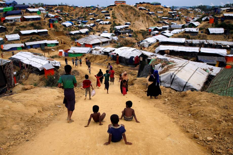 Crianças refugiadas rohingya brincam em uma estrada no campo de refugiados de Balu Khali perto de Cox's Bazar, Bangladesh - 16/11/2017