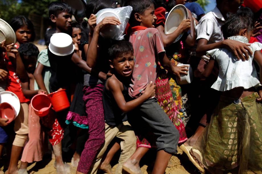 O refugiado rohingya Rahim Ullah, 5, é fotografado enquanto chora na fila para receber alimento no centro de distribuição Palongkhali, no acampamento de Cox's Bazar, no Bangladesh - 07/11/2017