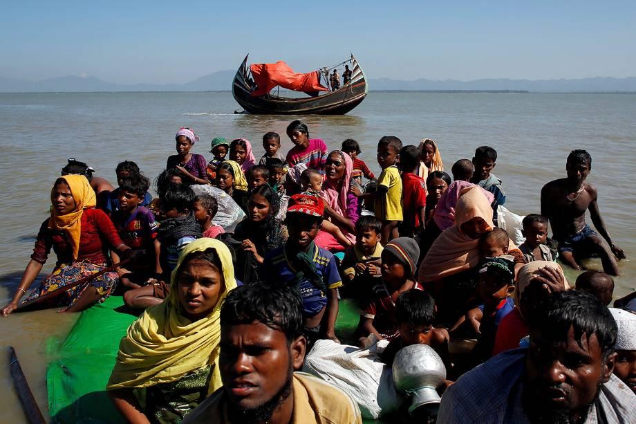 Um grupo de refugiados rohingyas sentados em jangadas são interrogados pelo Guarda das fronteiras de Bangladesh logo após cruzarem a fronteira com Myanmar - 09/11/2017