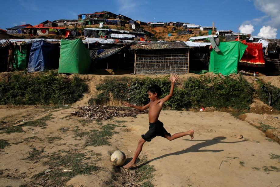 Menino refugiado Rohingya joga bola com seus amigos no campo de refugiados de Palong Khali, perto de Cox's Bazar, Bangladesh - 14/11/2017