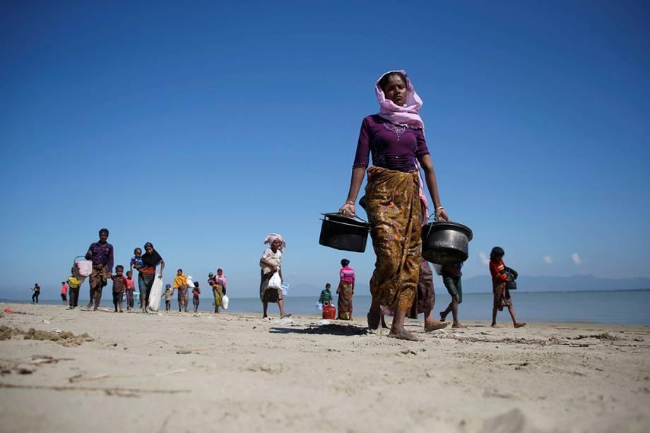 Refugiados caminham na praia após atravessarem a fronteira entre Mianmar e Bangladesh - 21/11/2017