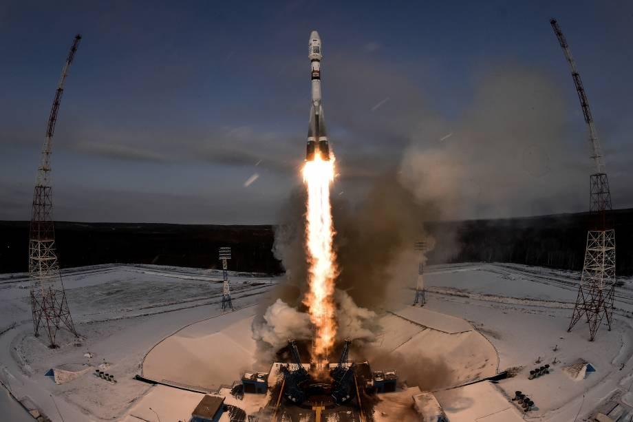 O foguete Soyuz-2.1b que transporta o satélite meteorológico Meteor-M 2-1 e outros equipamentos é lançado ao espaço da plataforma no cosmódromo de Vostochny, fora da cidade de Uglegorsk, a cerca de 200 kms da cidade de Blagoveshchensk, na Rússia - 28/11/2017